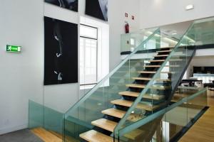 Escadas em madeira e vidro